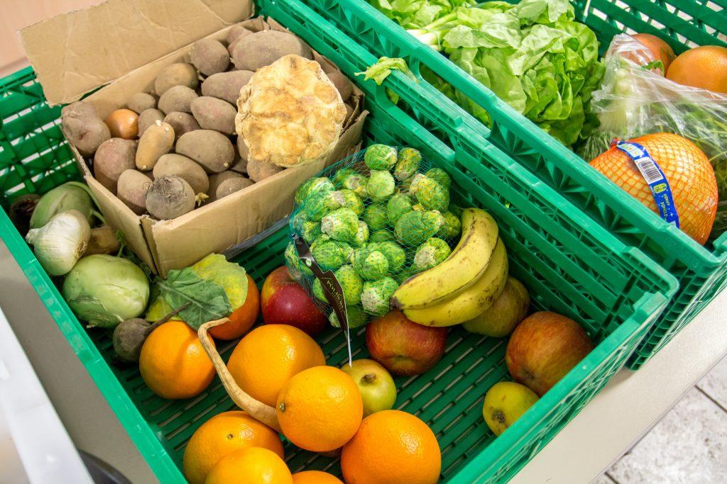 Kiste mit Obst und Gemüse