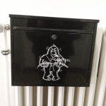 Briefkasten mit Bild des Maskottchen