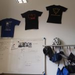 T-Shirts an der Wand