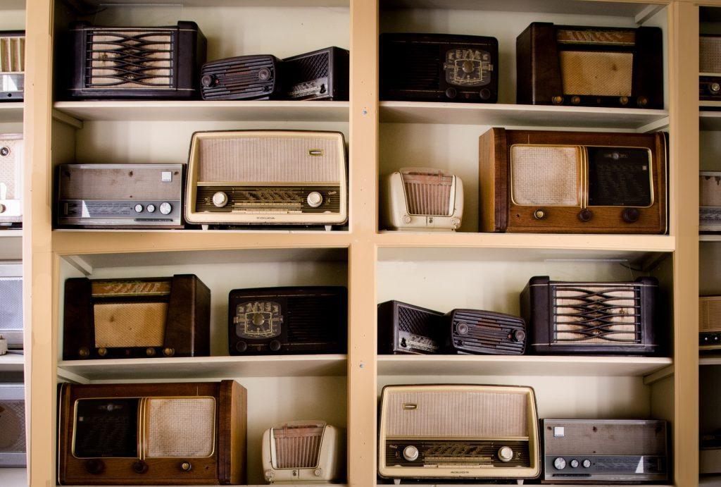 Regal mit historischen Radios