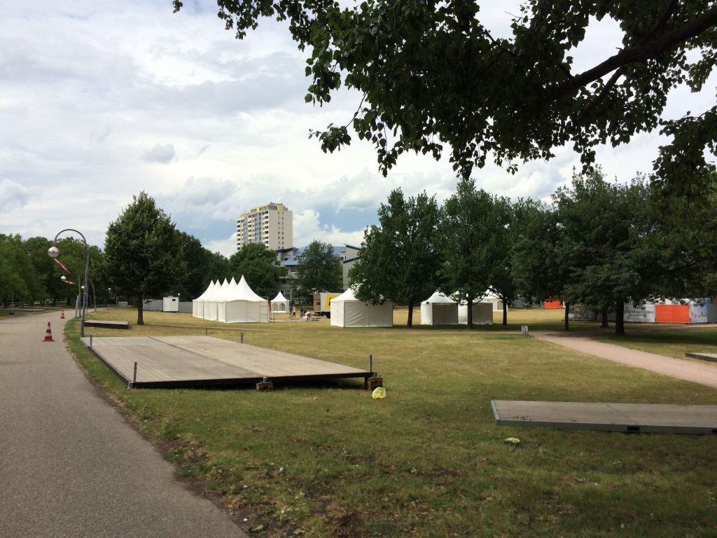 Festivalgelände mit Pavillons