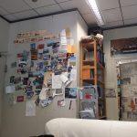 Wand mit Postkarten
