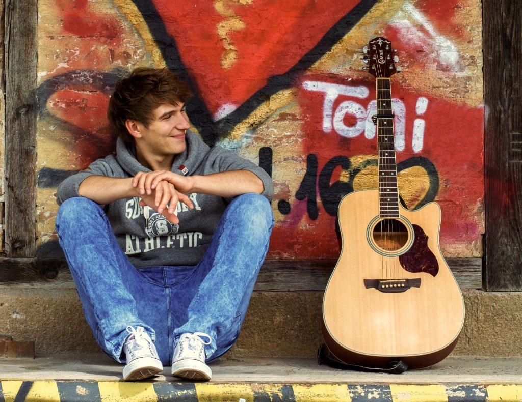 Musiker Toni mit Gitarre