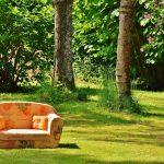 Couch auf einer Wiese