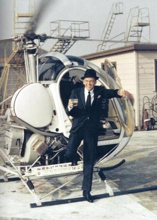 Frank Sinatra steigt aus Hubschrauber