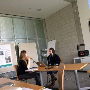 Zwei Studentinnen beim Radio-Workshop