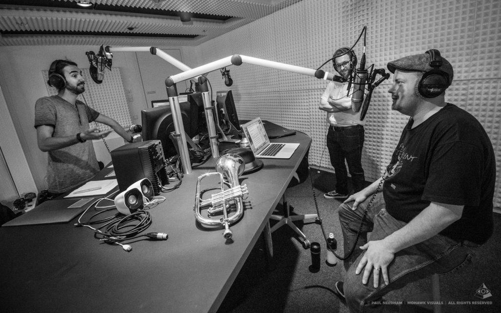 Musiker und Moderator im Studio