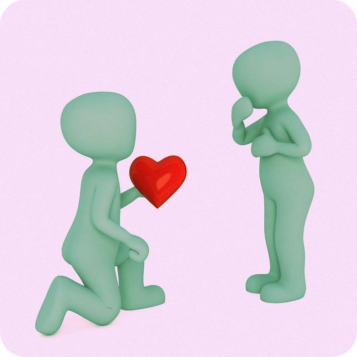Zwei Figuren mit Herz