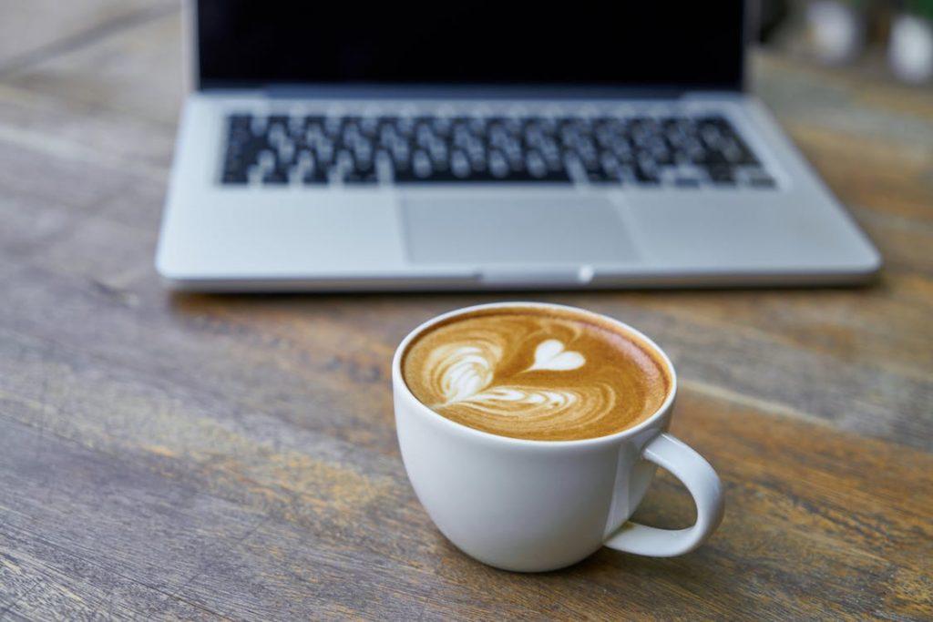 Laptop und Tasse Kaffee