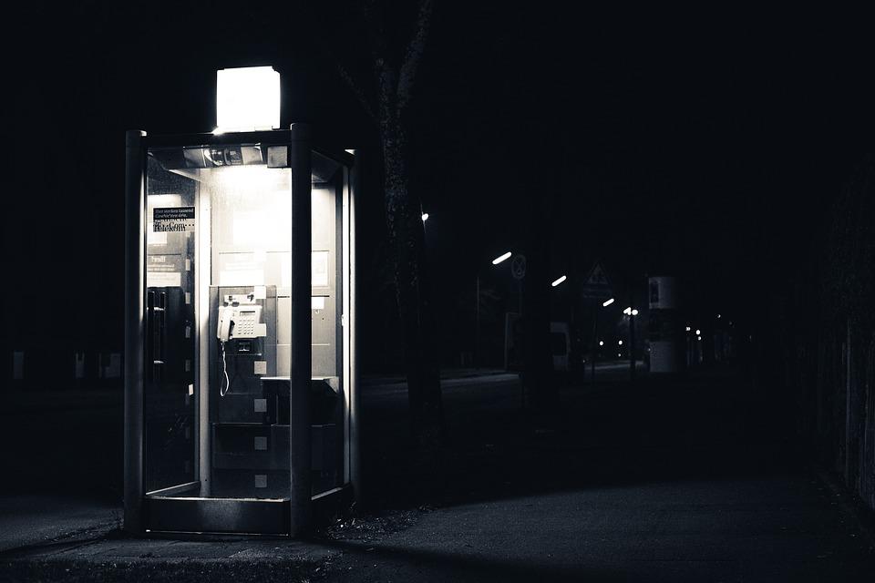 erleuchtete Telefonzelle in der Nacht