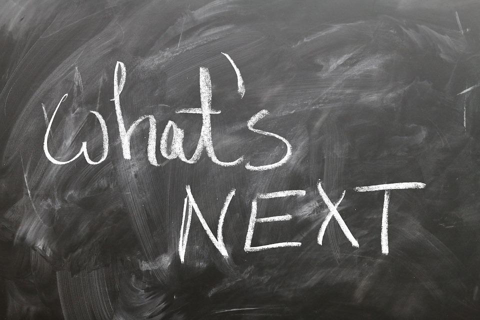 """Tafel mit Aufschrift """"what's next"""""""