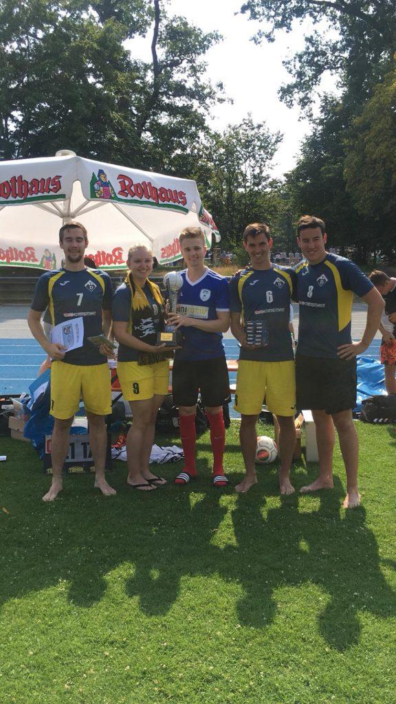 Mannschaft mit Pokal