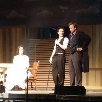Schauspieler des Triaters auf der Bühne