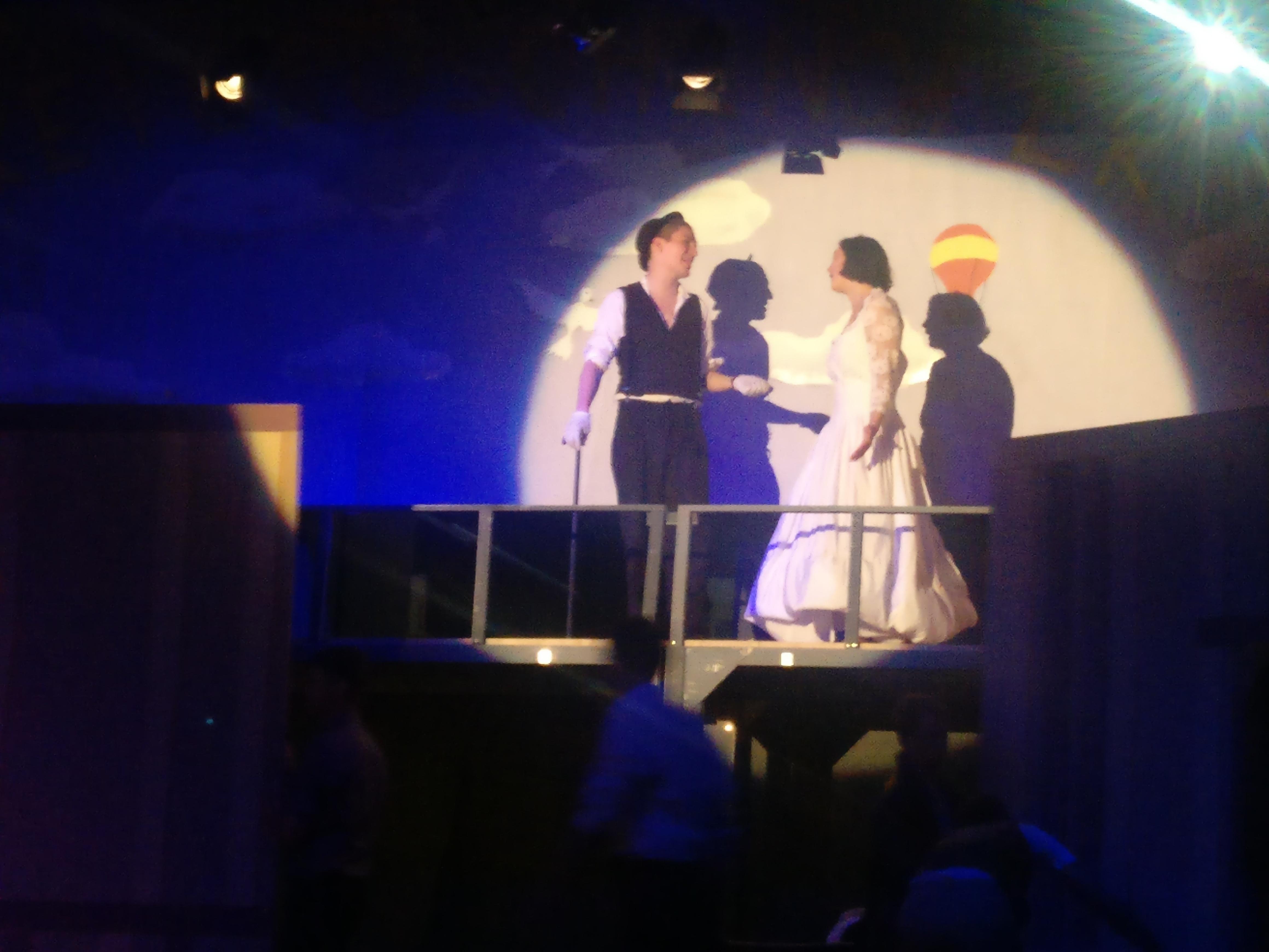 Schauspieler des Triaters im Scheinwerferlicht auf der Bühne