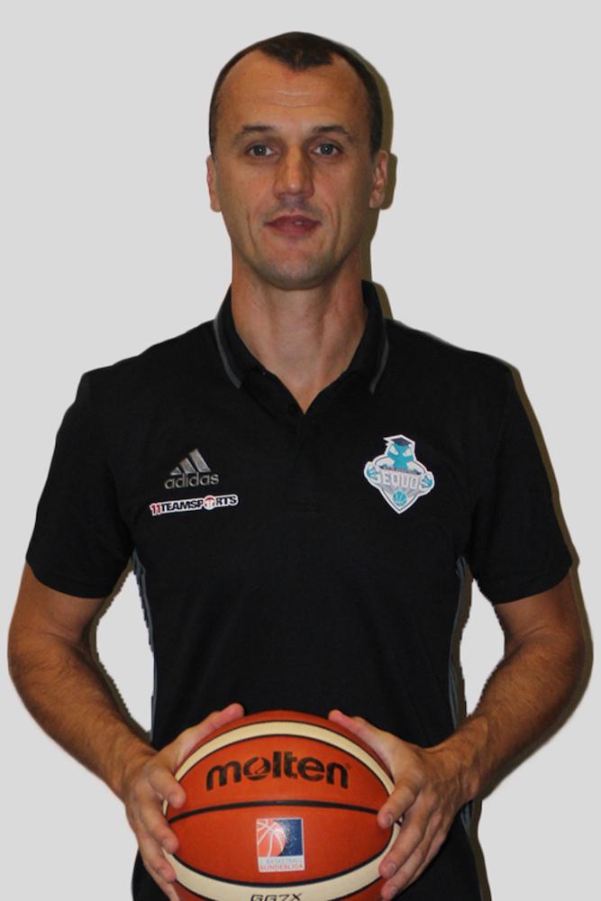 Zoran Seatovic mit Basketball in den Händen