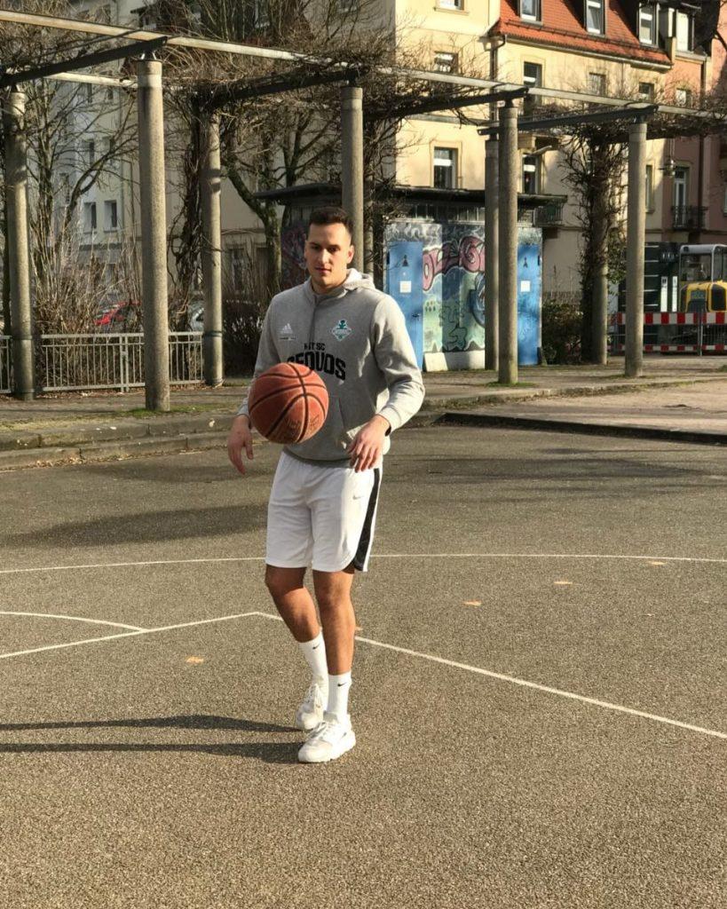 Sven Saddedine mit Basketball auf der Straße