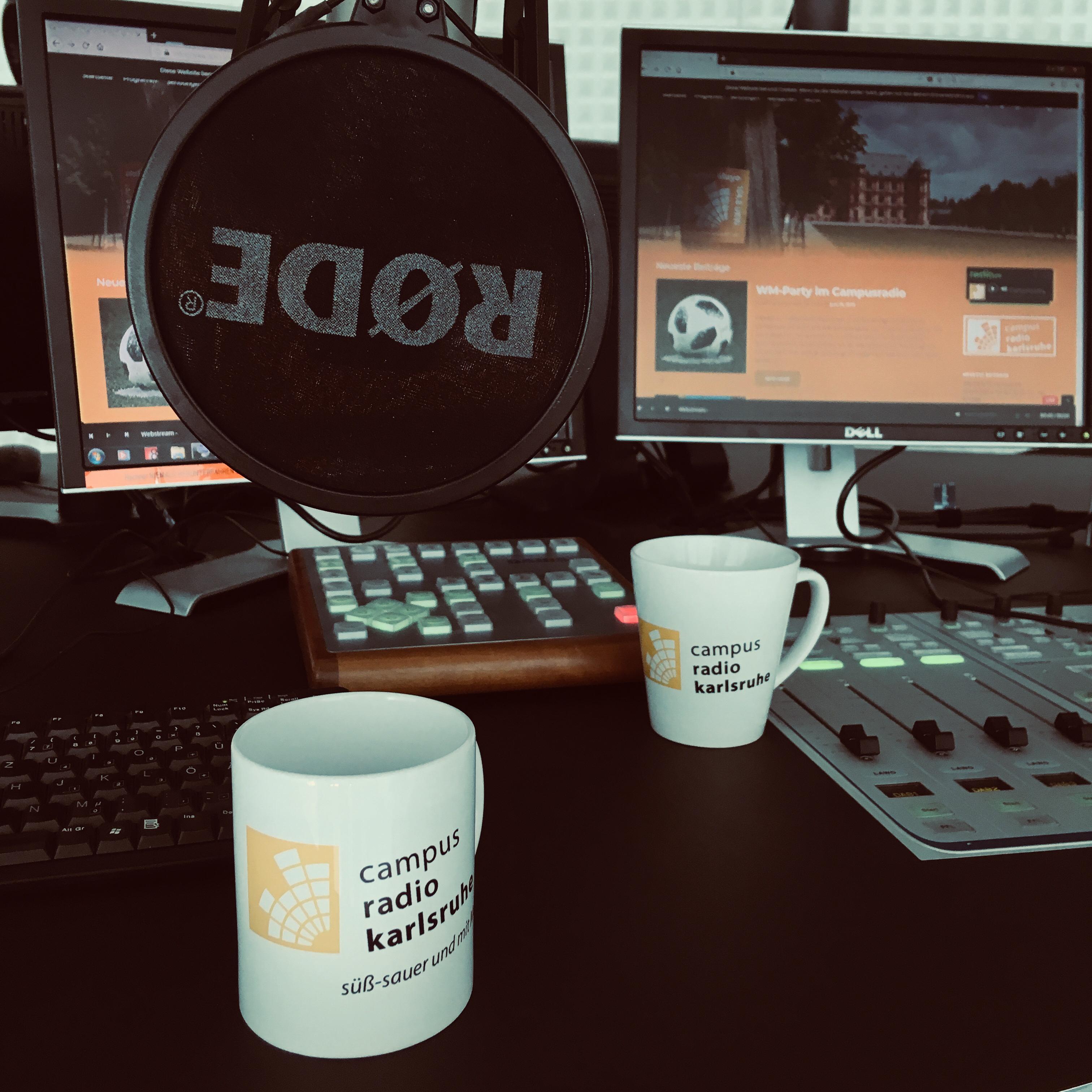 Zwei Campusradio-Tassen auf dem Studiopult