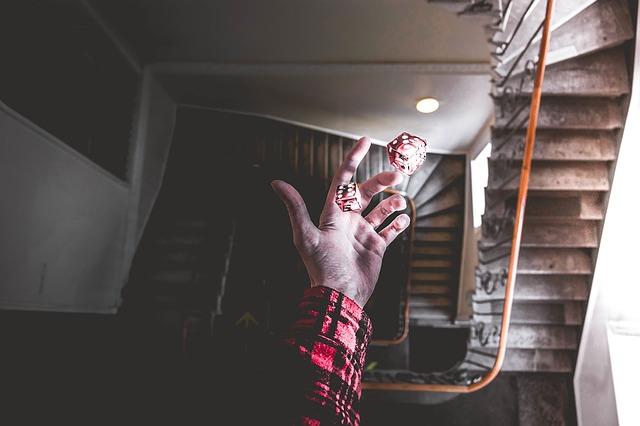 Hand, die zwei Würfel in die Luft wirft