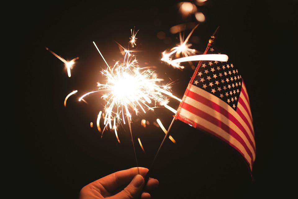 Wunderkerze und Fähnchen der US-Flagge