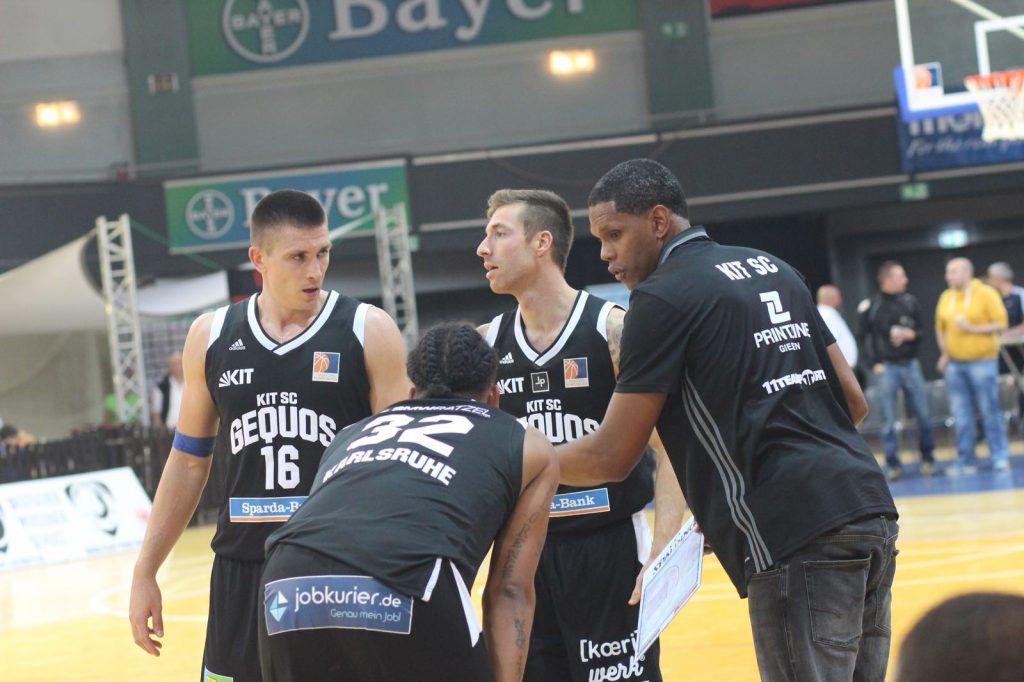 Jaivon Harris spricht mit einigen Spielern
