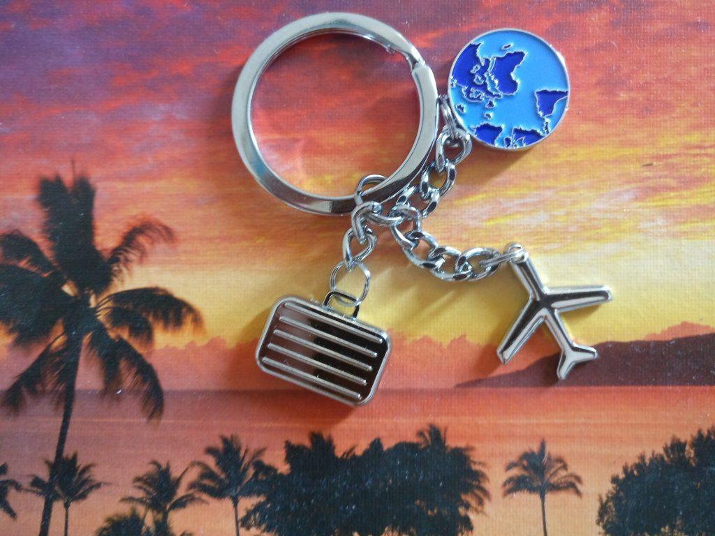 Schlüsselanhänger mit Flugzeug-, Koffer- und Globusmotiv