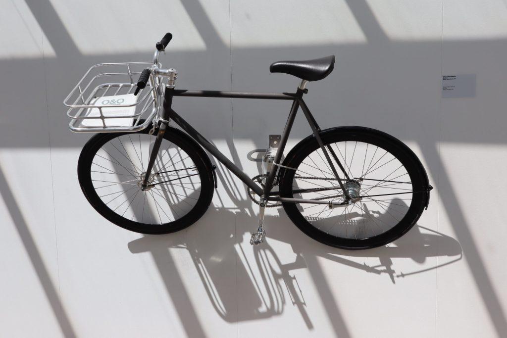 Fahrrad in der Ausstellungshalle