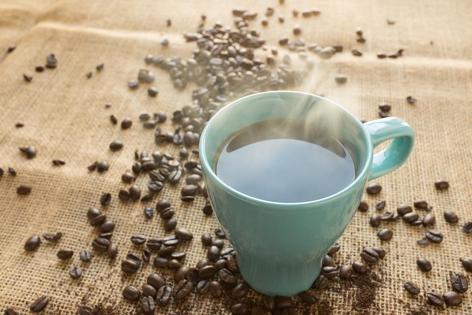 Tasse mit dampfendem Kaffee