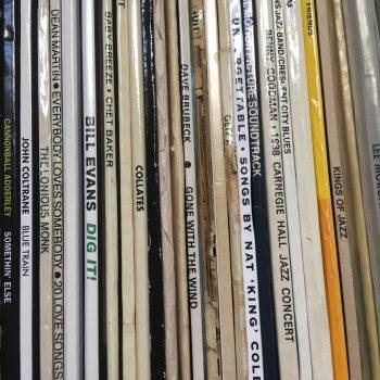 Rücken von Schallplattenhüllen im Regal