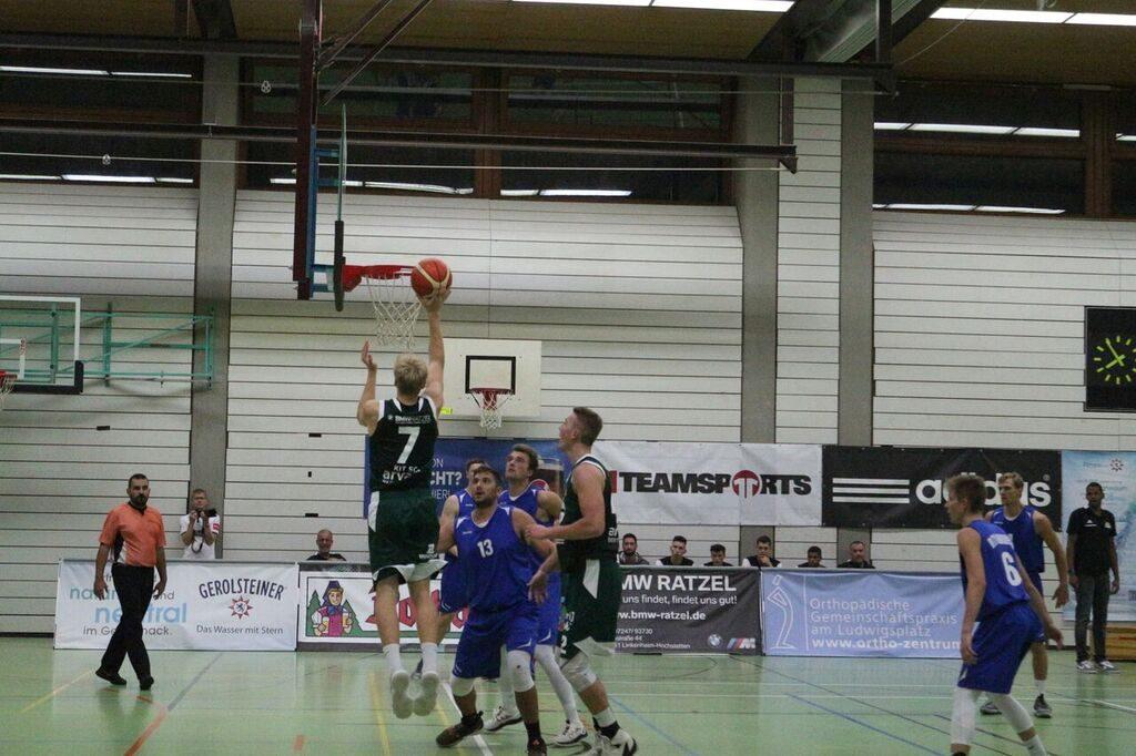 Basketballspieler am Korb