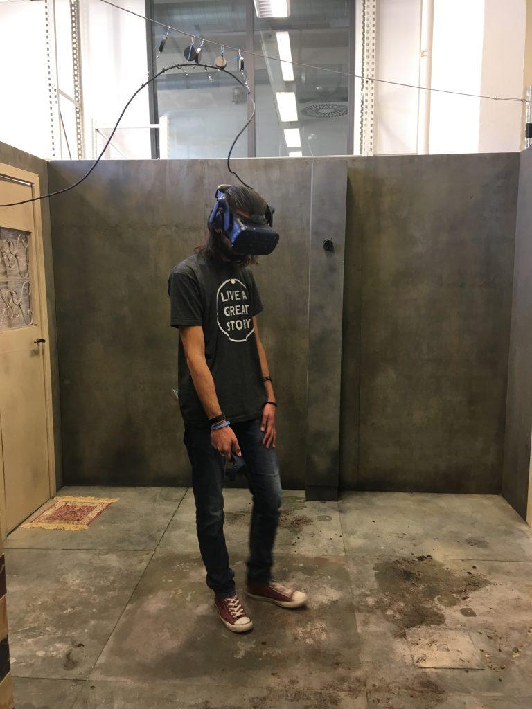 Reporter Josh mit VR-Brille