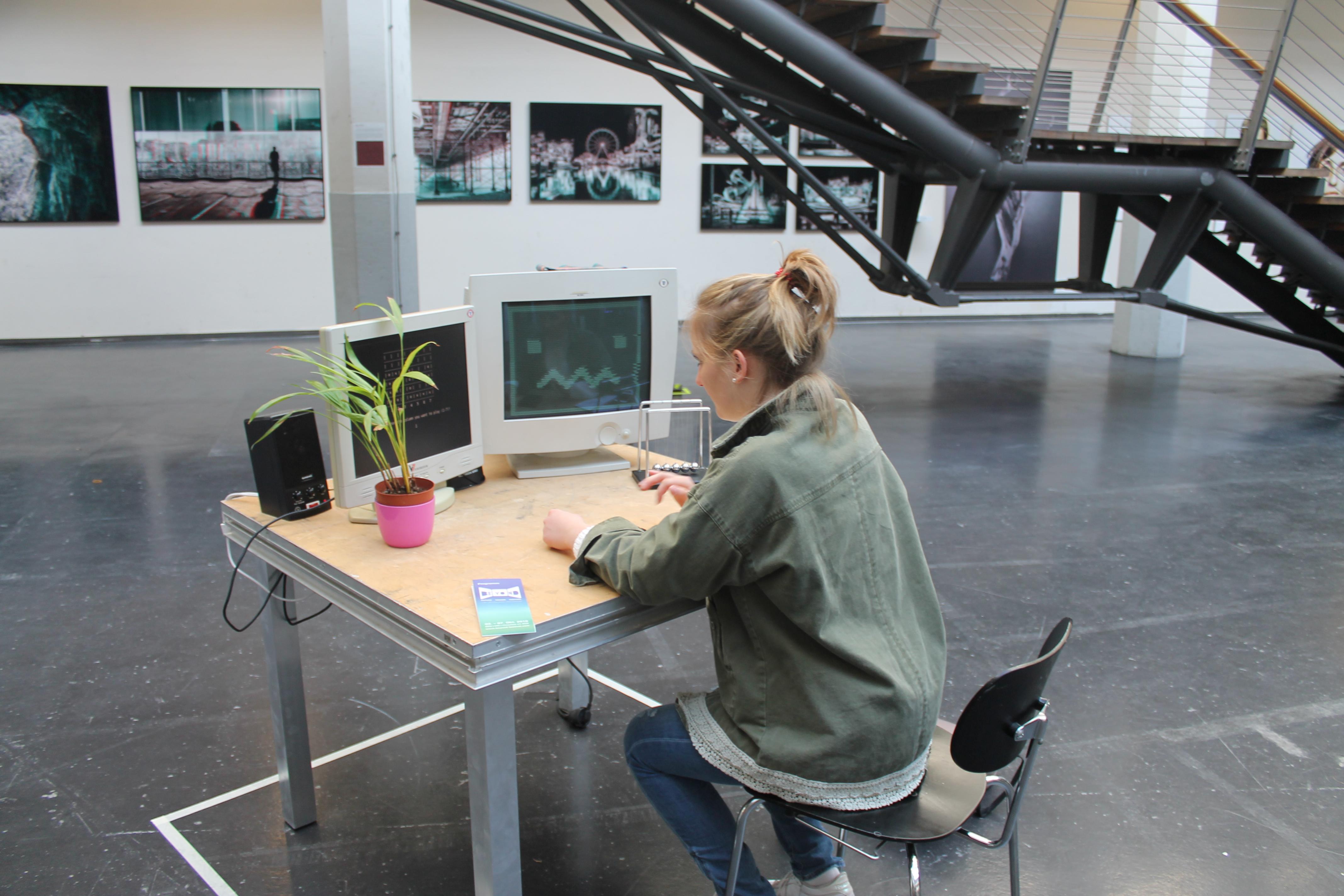 Reporterin Conni vor zwei Bildschirmen