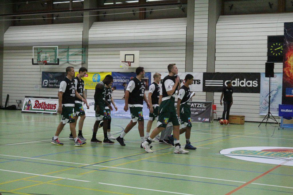 Basketball-Team läuft auf Feld