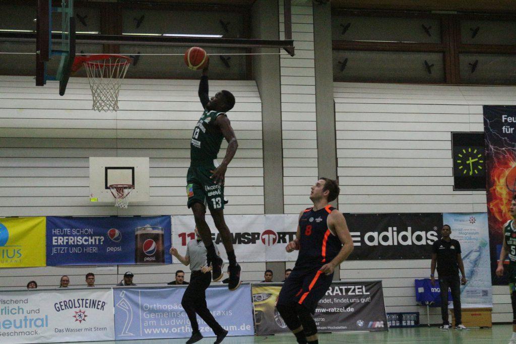 Basketballspieler wirft einen Korb