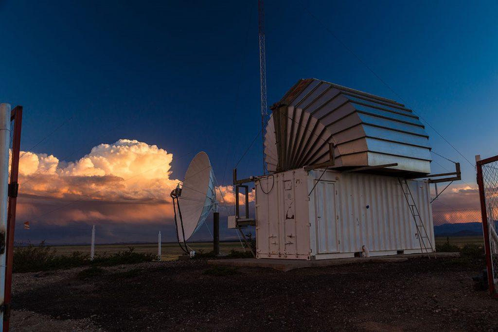 Teleskop-Anlagen vor Abendhimmel