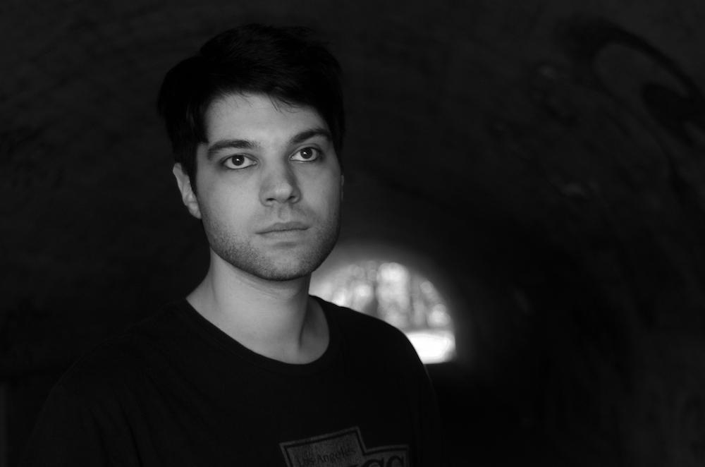 Porträtbild Musiker Themis in schwarz-weiß