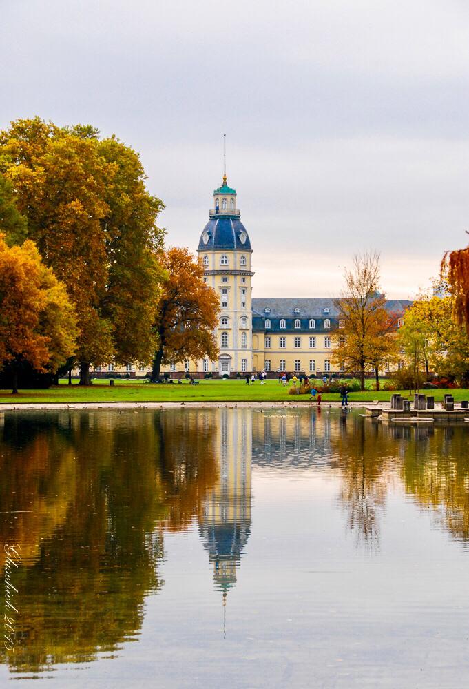 Schloss Karlsruhe mit Teich im Vordergrund