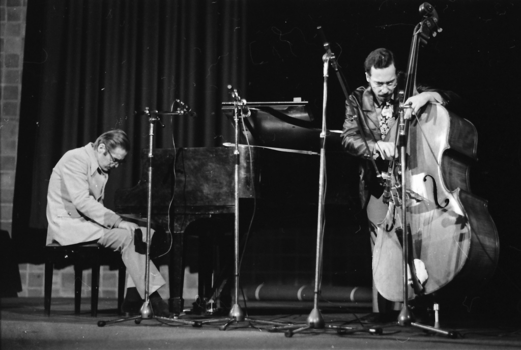 Zwei Jazz-Musiker mit Instrumenten auf der Bühne