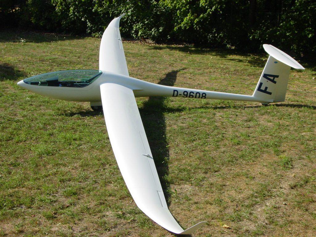 Segelflugzeug vor dem Start auf der Wiese
