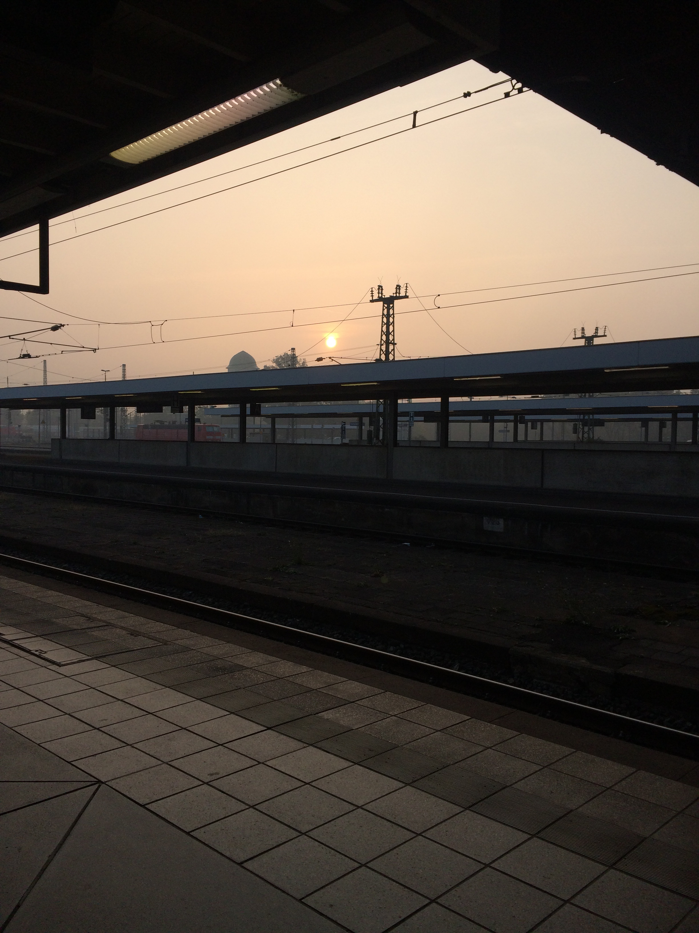 Sonnenuntergang an einem leeren Bahnhof