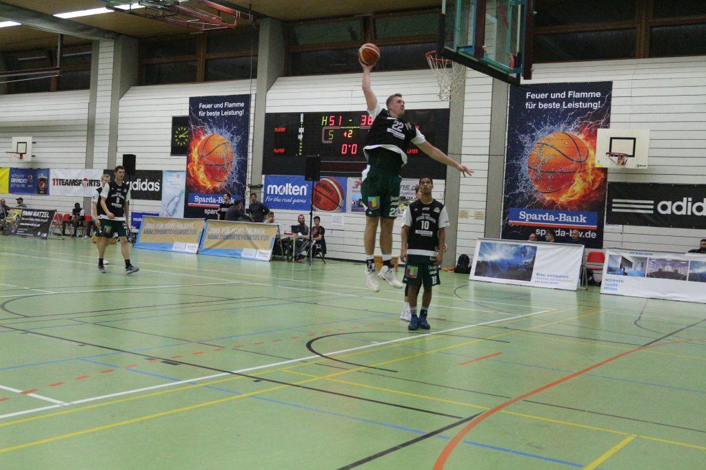 Basketballspieler im Spiel beim Wurf auf den Korb