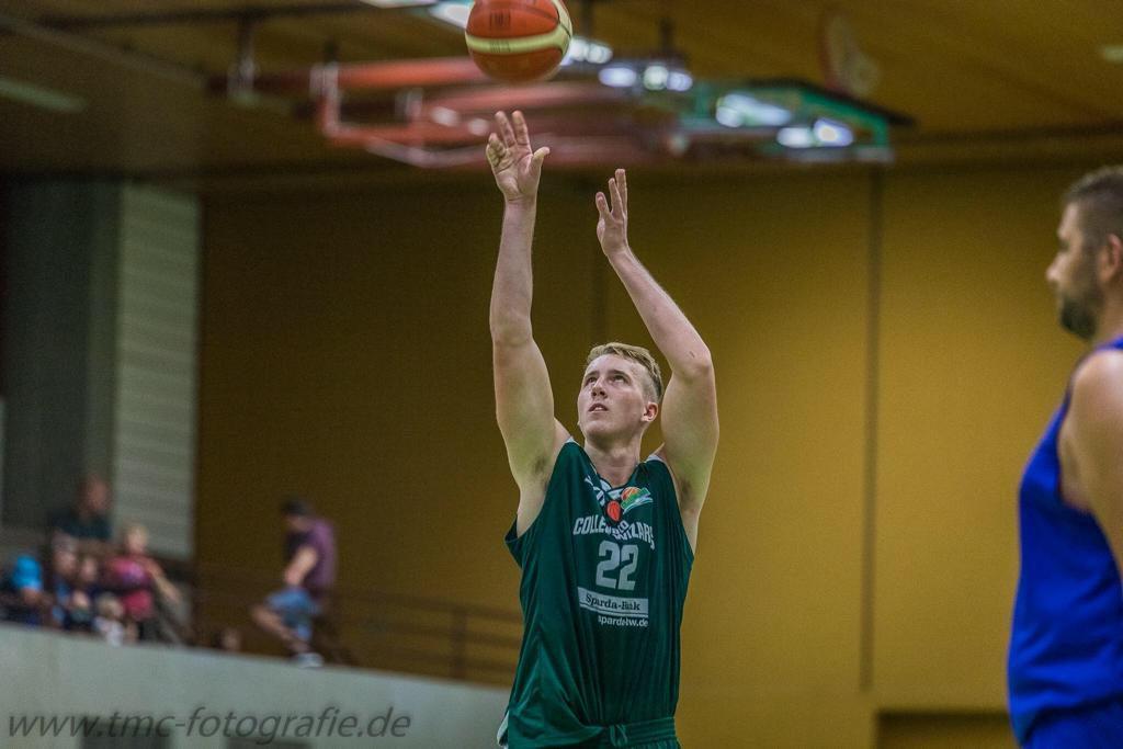 Basketballspieler beim Wurf