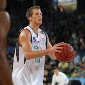 Basketballspieler vor dem Korbwurf