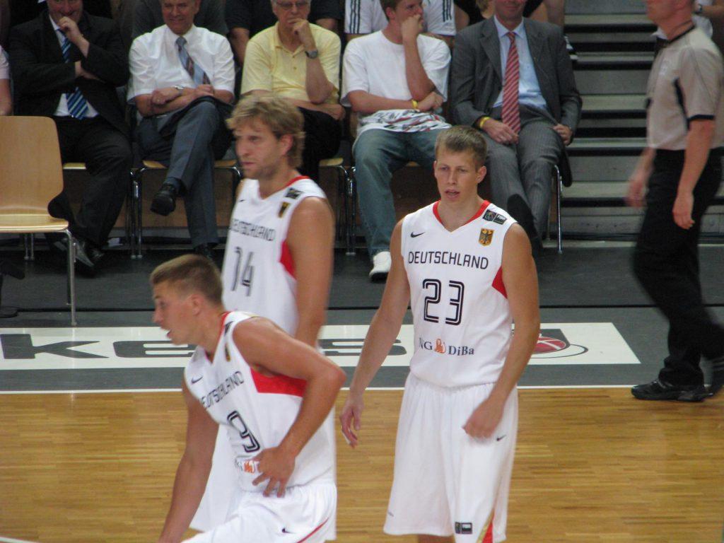 Spieler der Basketballnationalmannschaft mit Rouven Roessler und Dirk Nowitzki