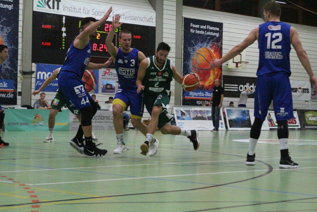 gegenerische Basketballspieler im Spiel