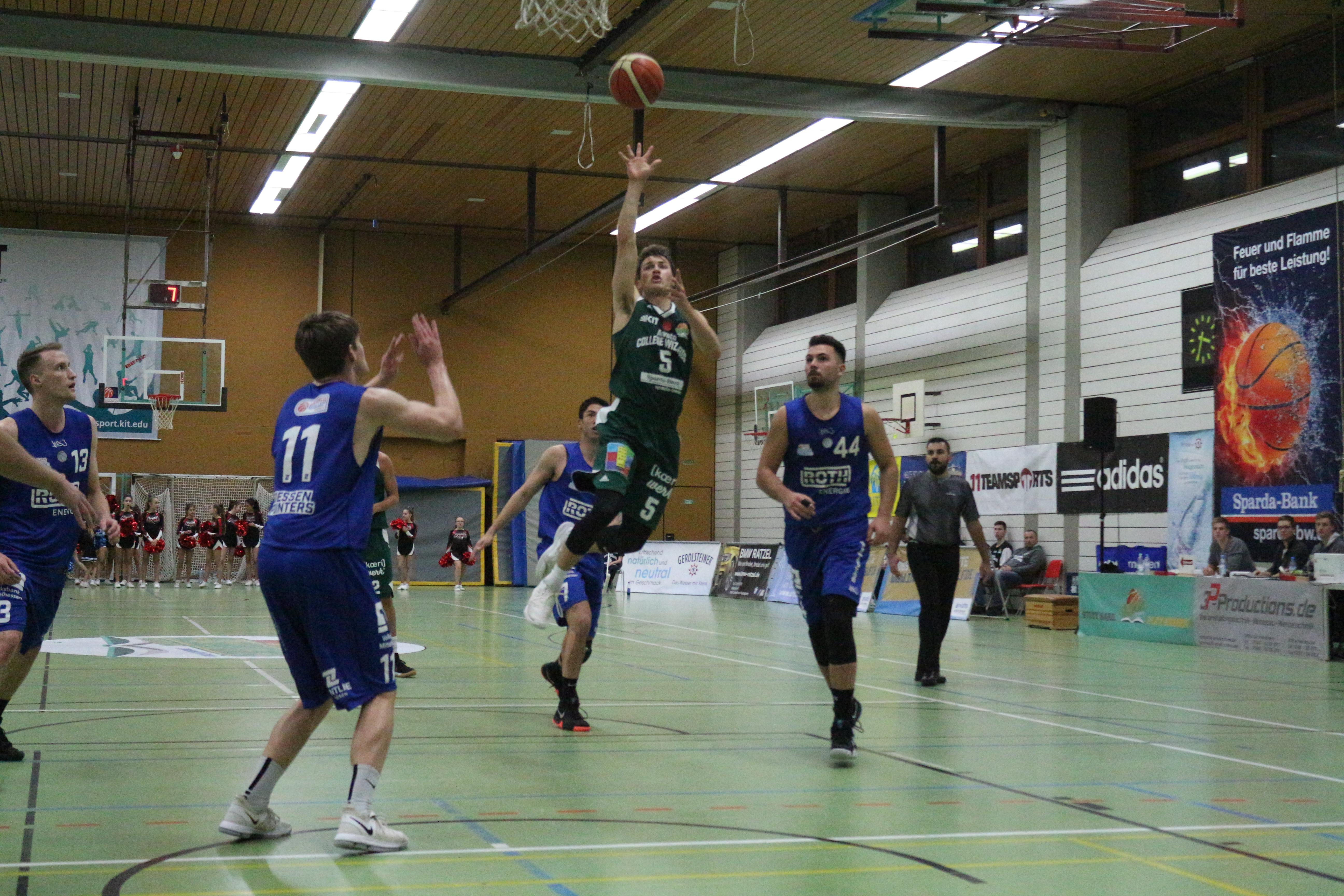 Basketballspieler im Spiel bei Korbwurf