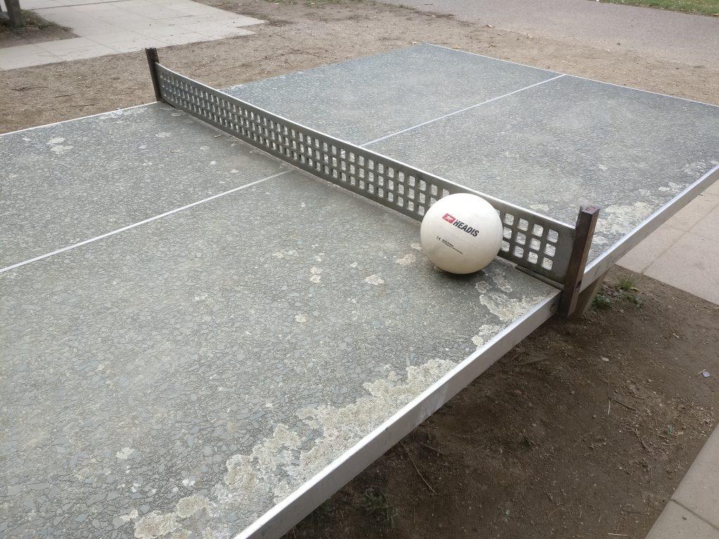 Gummiball auf einer Tischtennisplatte