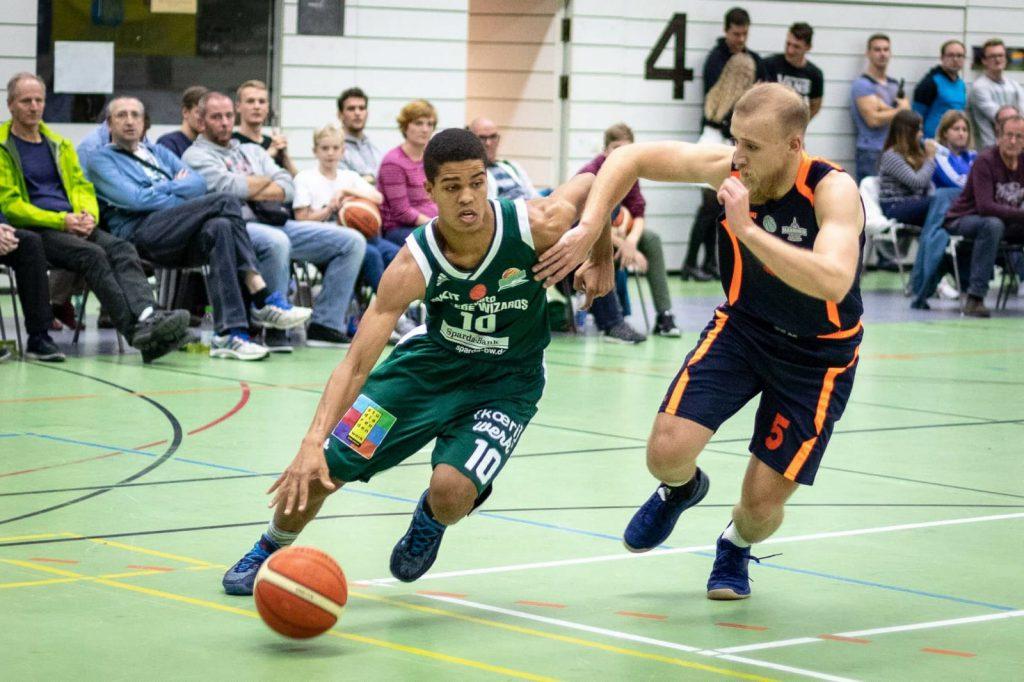 Zwei Basketballer im Spiel