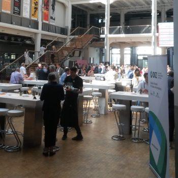 Halle mit Konferenzteilnehmern