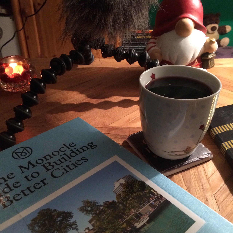 Tasse mit Glühwein und Buch
