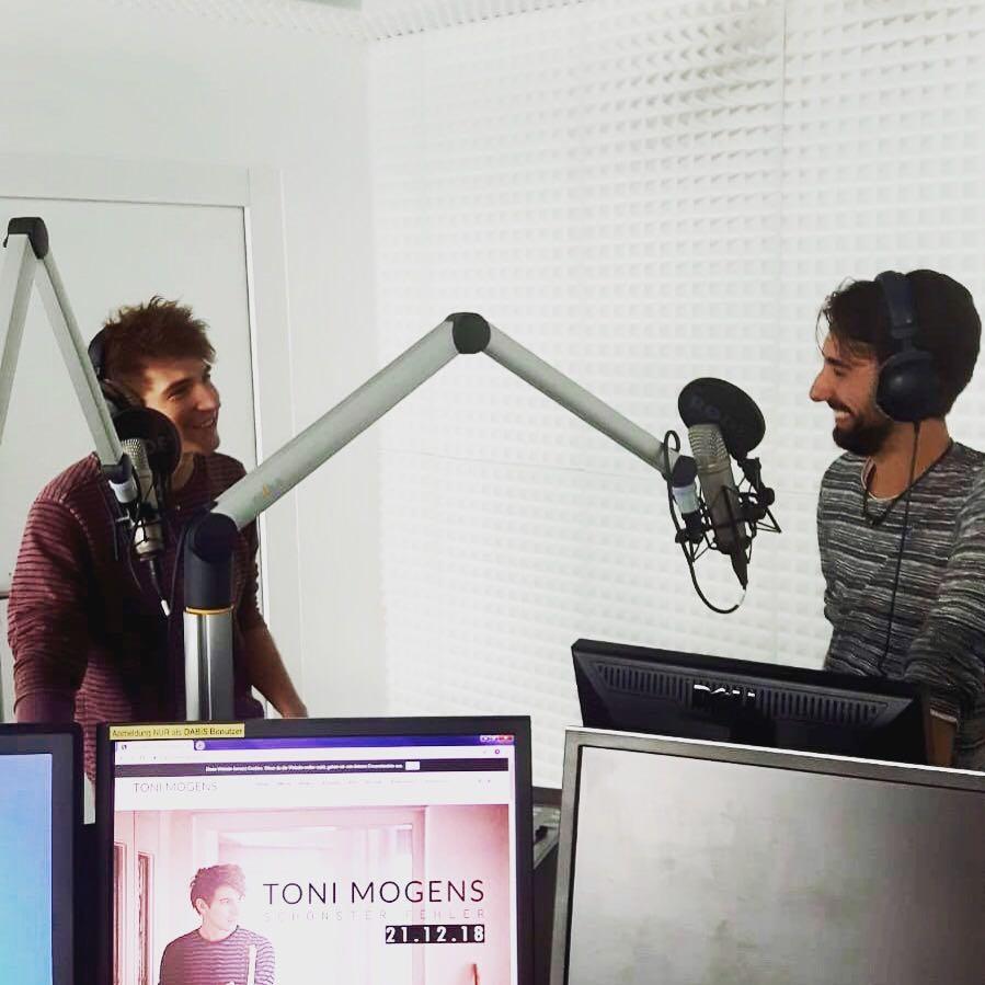 Moderator Josh und Musiker Toni Mogens im Studio